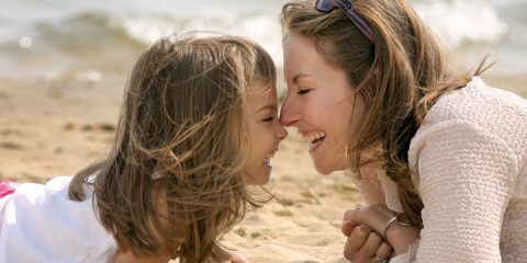 câlin entre mère et fille sur la plage