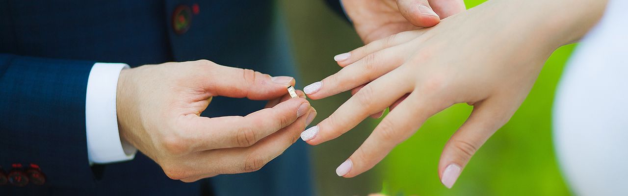 closeup-of-hands-of-bridal-couple-with-wedding-rings